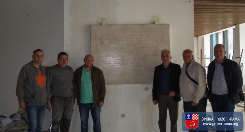 Postavljena kamena ploča Tvrtkove povelje u novoj zgradi općine